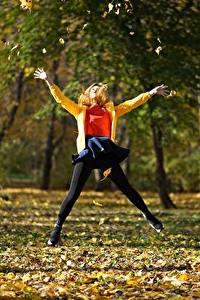 Картинки Парки Осень Прыжок Листья Дерева Природа Девушки