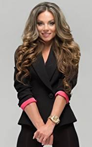 Фото Наручные часы Серый фон Руки Модель Волосы Улыбается Взгляд Lilia Kapitonova молодая женщина