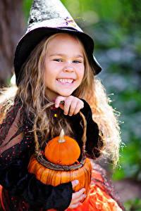 Фотографии Хеллоуин Тыква Девочки Улыбка Ребёнок