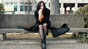 Картинка Скамья Сидящие Ног Пальто Рука Смотрит Elisa девушка