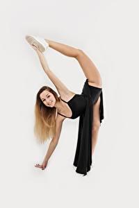 Обои Серый фон Танцуют Шатенки Улыбается Руки Ноги Растягивается Красивые Девушки