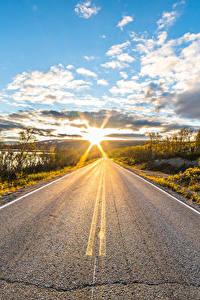 Фотографии Небо Дороги Утро Лапландия область Финляндия Облачно Солнце Асфальта Kilpisjärvi