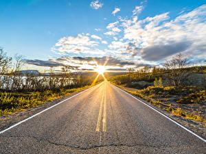 Обои для рабочего стола Небо Дороги Утро Лапландия область Финляндия Облачно Солнце Асфальта Kilpisjärvi Природа