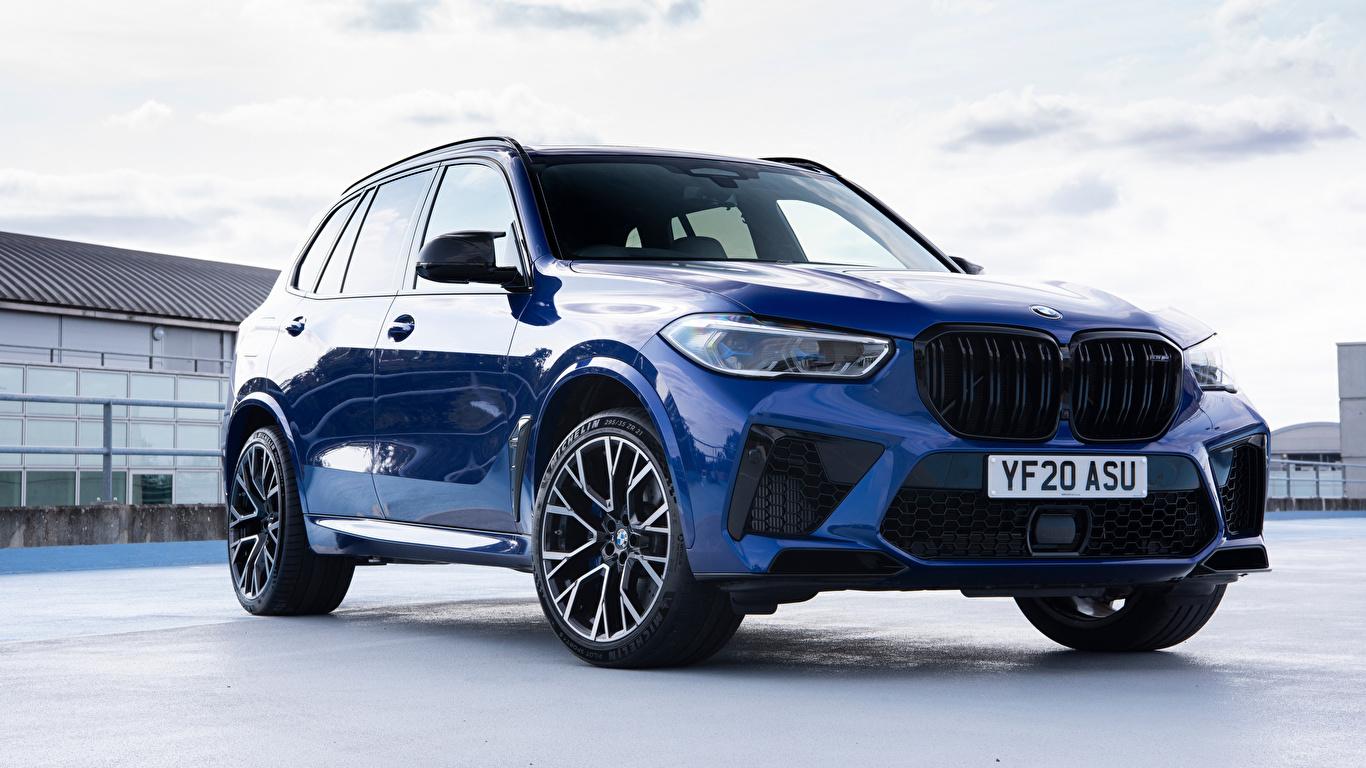 Обои для рабочего стола BMW Кроссовер X5 M Competition UK-spec (F95), 2020 Синий Металлик автомобиль 1366x768 БМВ CUV синяя синие синих авто машины машина Автомобили