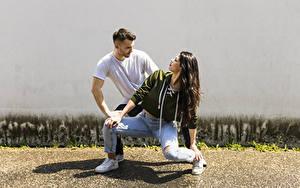 Фото Мужчины Двое Танцуют Брюнеток Джинсов девушка