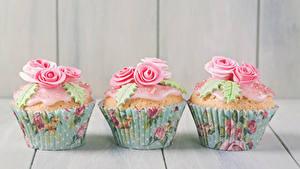 Фотографии Сладости Роза Капкейк кекс Доски Втроем Дизайн Продукты питания
