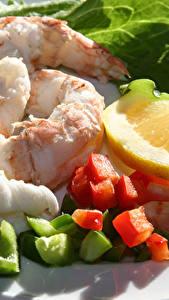 Картинка Морепродукты Креветки Лимоны Тарелка Продукты питания