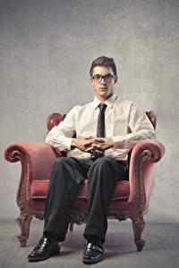Фотография Мужчины Кресло Сидя Очки