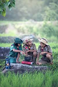 Картинка Камень Азиаты Скаут Униформа Трава Втроем Шляпа Мальчики Ребёнок