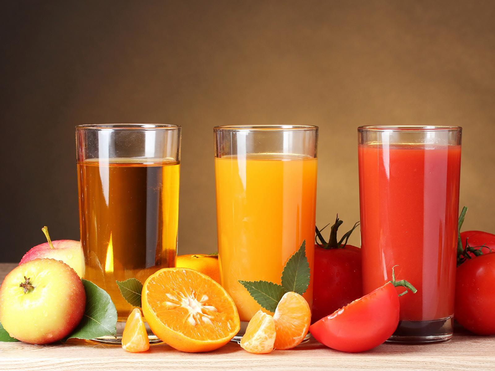 Картинки Сок Апельсин Помидоры Яблоки стакана Трое 3 Продукты питания 1600x1200 Томаты Стакан стакане Еда три Пища втроем