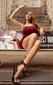 Фотография Азиаты Скамья Шатенки Платья Рука Ноги Сидящие девушка
