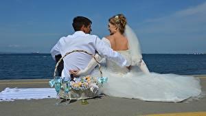 Фотография Мужчины Влюбленные пары Пляж Двое Корзинка Бокалы Жених Невеста Платье Свадьба Сидящие