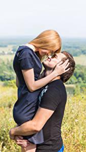 Обои Мужчина Любовь Любовники 2 Блондинок Руки Обнимает молодая женщина