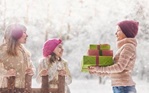 Картинки Три Девочка Мальчики Подарки Шапки Улыбается Дети