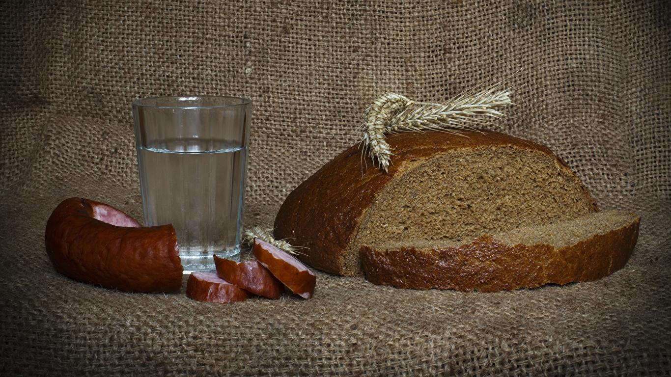 Обои Водка Колбаса Хлеб Колос Стакан Продукты питания Нарезанные продукты 1366x768 Еда Пища нарезка