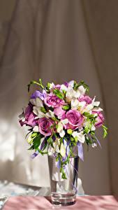 Картинка Букеты Розы Фрезия Ваза
