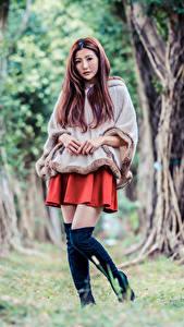 Картинка Азиатки Поза Сапогов Дерево Смотрит молодая женщина