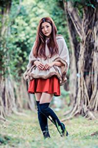 Обои для рабочего стола Азиатки Поза Сапогов Дерево Смотрит молодая женщина