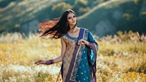 Картинки Брюнетка Платье Смотрит Красивые молодая женщина