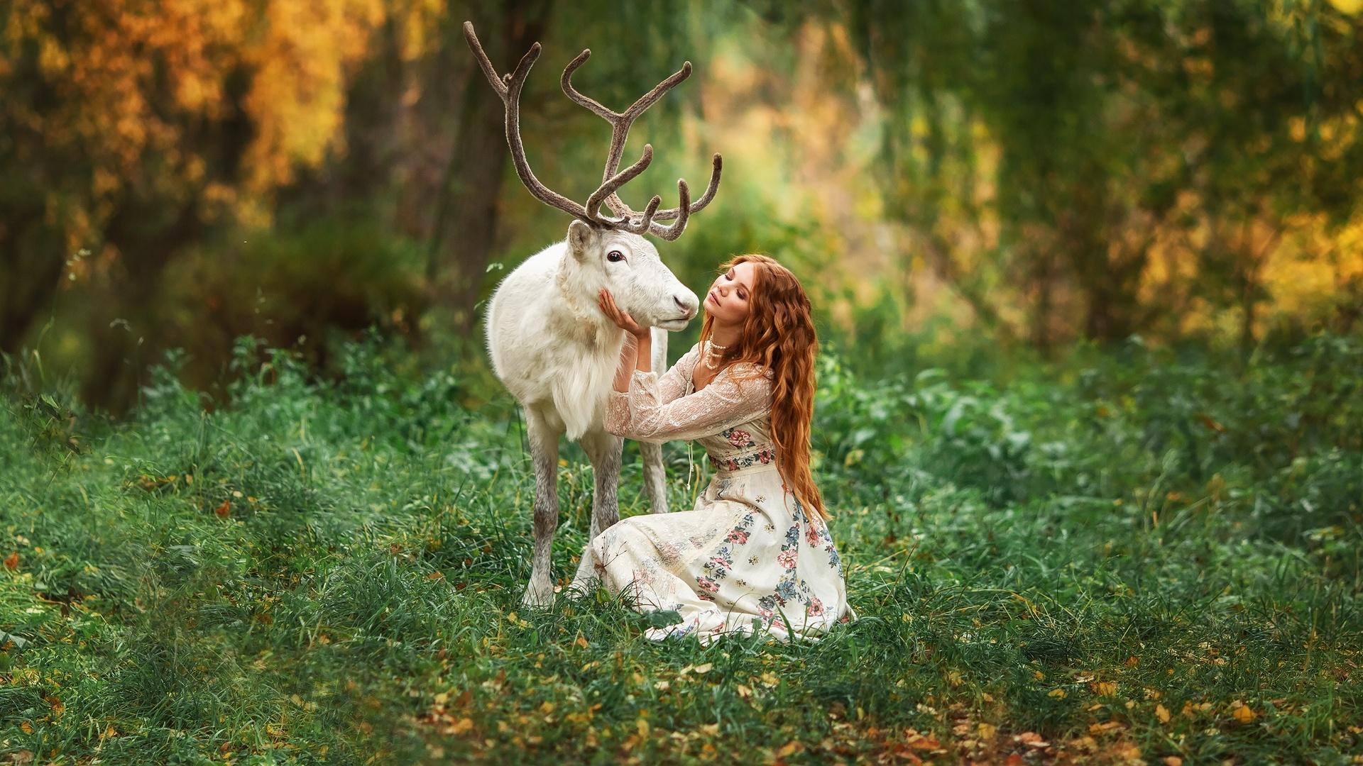 Фотографии Олени Рога Размытый фон белая молодая женщина животное 1920x1080 с рогами боке Белый белые белых девушка Девушки молодые женщины Животные