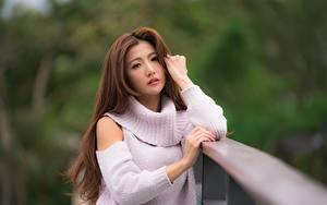 Фотографии Азиатки Боке Шатенки Свитере Рука Смотрит девушка