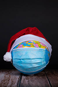 Обои Рождество Коронавирус Маски Доски Черный фон Глобусы В шапке