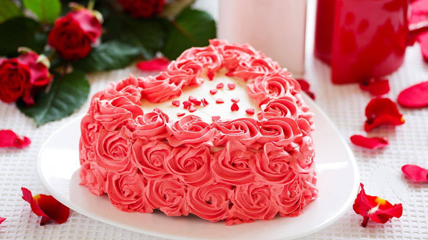 Фотография День святого Валентина сердечко Торты Лепестки Еда Сладости дизайна 1366x768 День всех влюблённых серце сердца Сердце лепестков Пища Продукты питания сладкая еда Дизайн