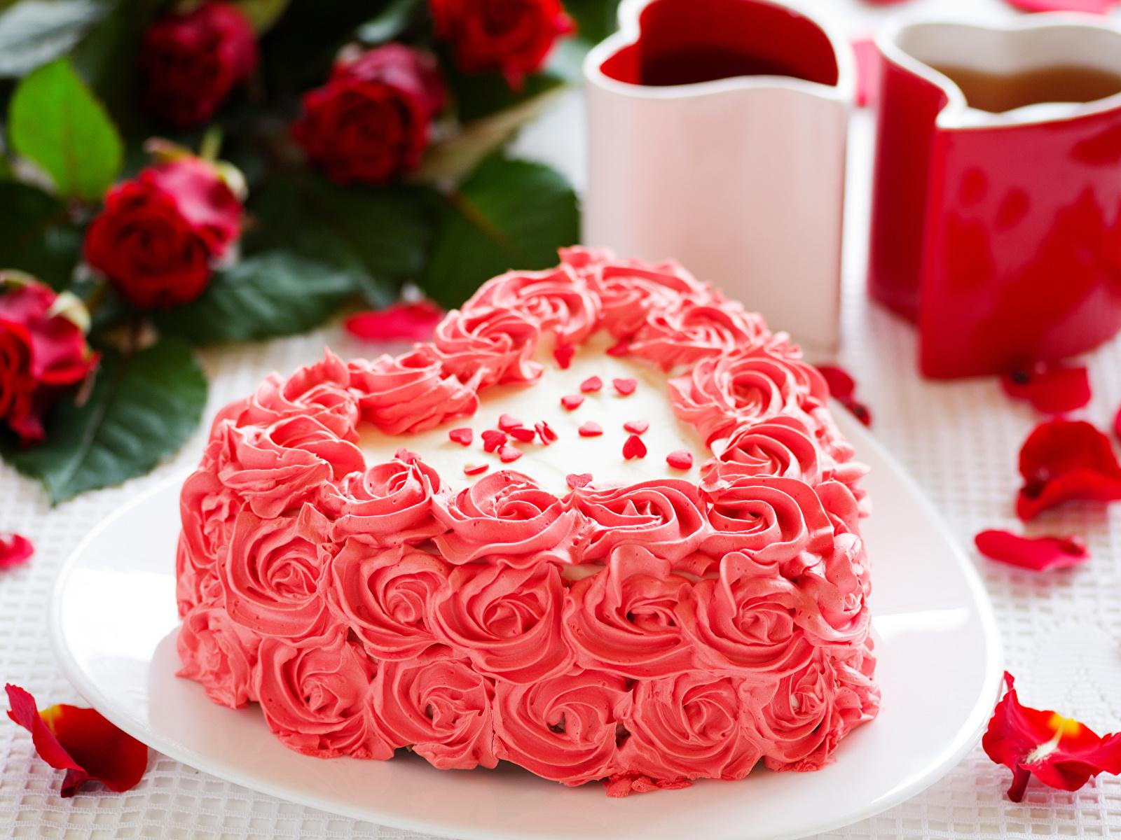 Фотография День святого Валентина сердечко Торты Лепестки Еда Сладости дизайна 1600x1200 День всех влюблённых серце сердца Сердце лепестков Пища Продукты питания сладкая еда Дизайн