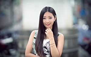 Обои для рабочего стола Азиатки Боке Рука Улыбается Брюнетки Волос Смотрит Миленькие девушка