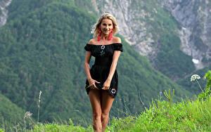 Фото Cara Mell Горы Траве Блондинок Платья Ноги Взгляд