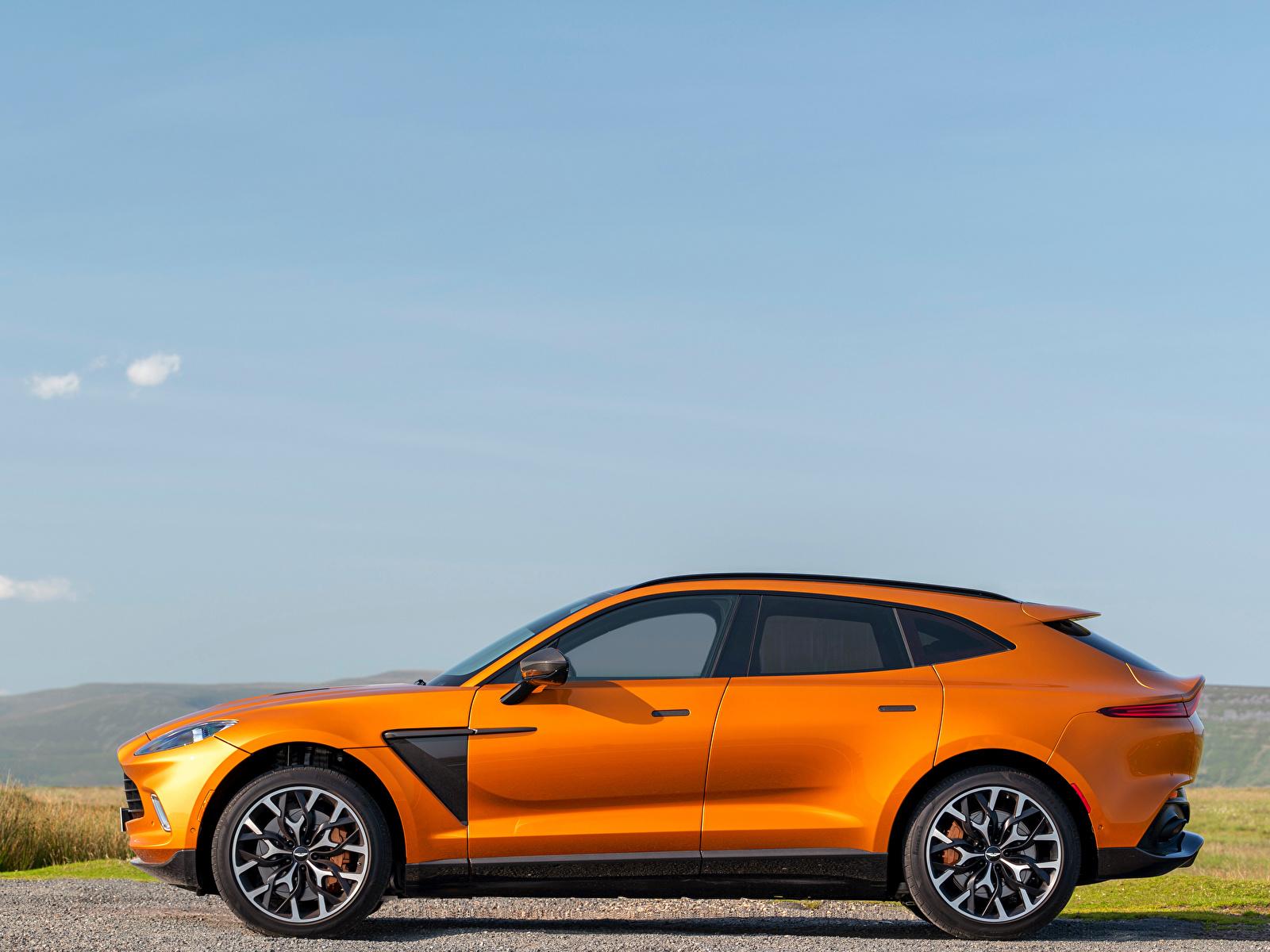 Фотографии Aston Martin Кроссовер DBX, North America, 2020 оранжевая Сбоку Металлик Автомобили 1600x1200 Астон мартин CUV оранжевых оранжевые Оранжевый авто машина машины автомобиль