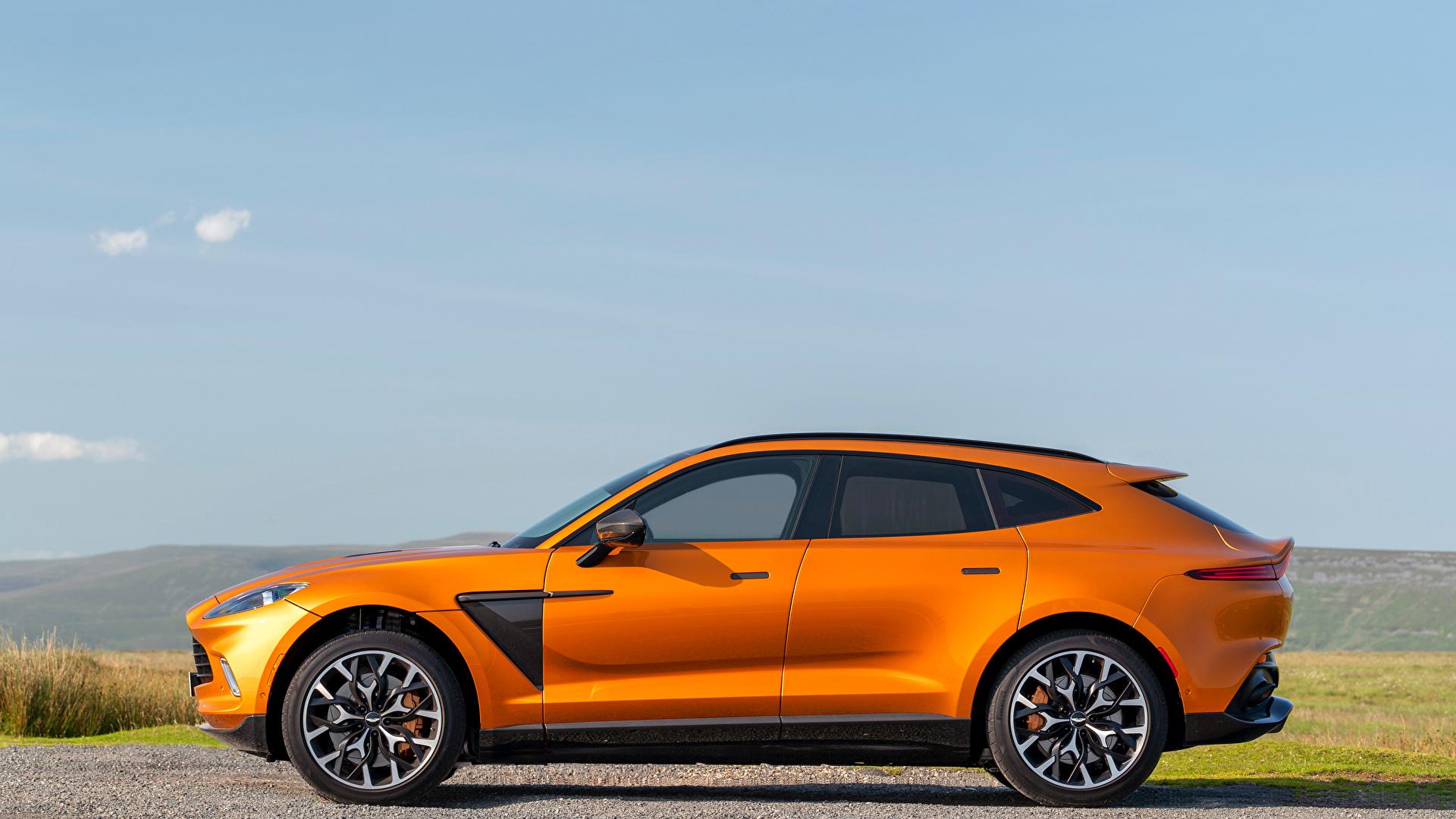 Фотографии Aston Martin Кроссовер DBX, North America, 2020 оранжевая Сбоку Металлик Автомобили 1920x1080 Астон мартин CUV Оранжевый оранжевые оранжевых авто машины машина автомобиль