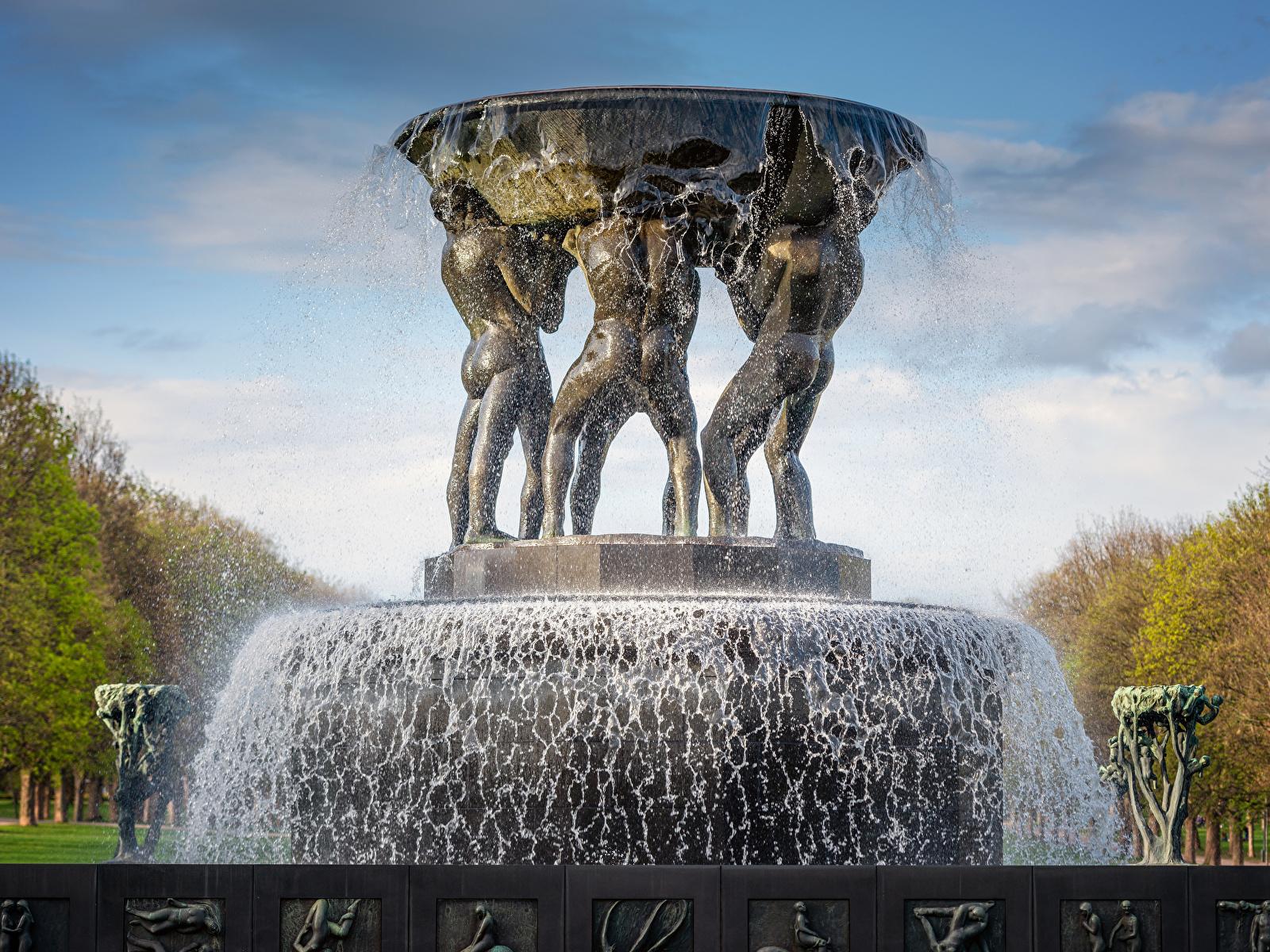 Обои город Норвегия Фонтаны Fountain in The Vigeland Park Oslo Осло Брызги Скульптуры 1600x1200 Города с брызгами