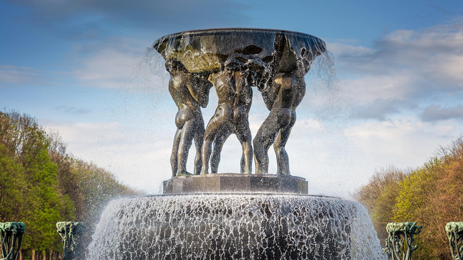 Обои для рабочего стола Города Норвегия Фонтаны Fountain in The Vigeland Park Oslo Осло с брызгами Скульптуры 1920x1080 город Брызги скульптура