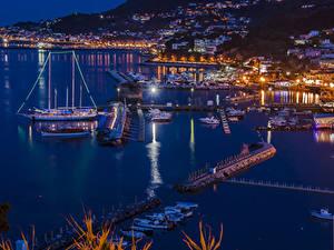 Картинки Италия Здания Причалы Корабль Парусные Заливы Ночь Lacco Ameno Города