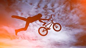 Картинка Мужчины Велосипед В прыжке Силуэт Спорт