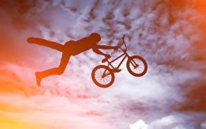 Картинка Мужчины Велосипед В прыжке Силуэт спортивный