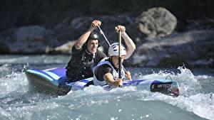 Фотографии Мужчины Лодки Вдвоем Брызги Шлем Rafting Спорт