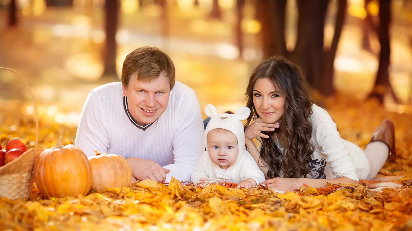 Фото Девушки Мама Младенцы Мужчины смотрит Дети осенние Шатенка 1366x768 Мать грудной ребёнок Взгляд Осень Ребёнок