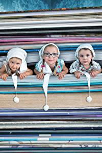 Картинка Оригинальные Девочки Втроем Очки Книги Смотрит ребёнок Юмор