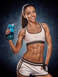 Фотографии Фитнес Шатенки Улыбка Живота Взгляд молодые женщины Спорт