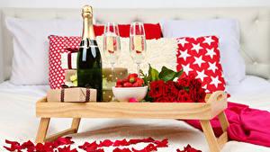 Фотография Праздники Розы Шампанское Клубника Бутылки Бокалы Подарки Лепестков Продукты питания