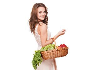 Картинки Овощи Улыбка Белым фоном Корзина Шатенка Девушки
