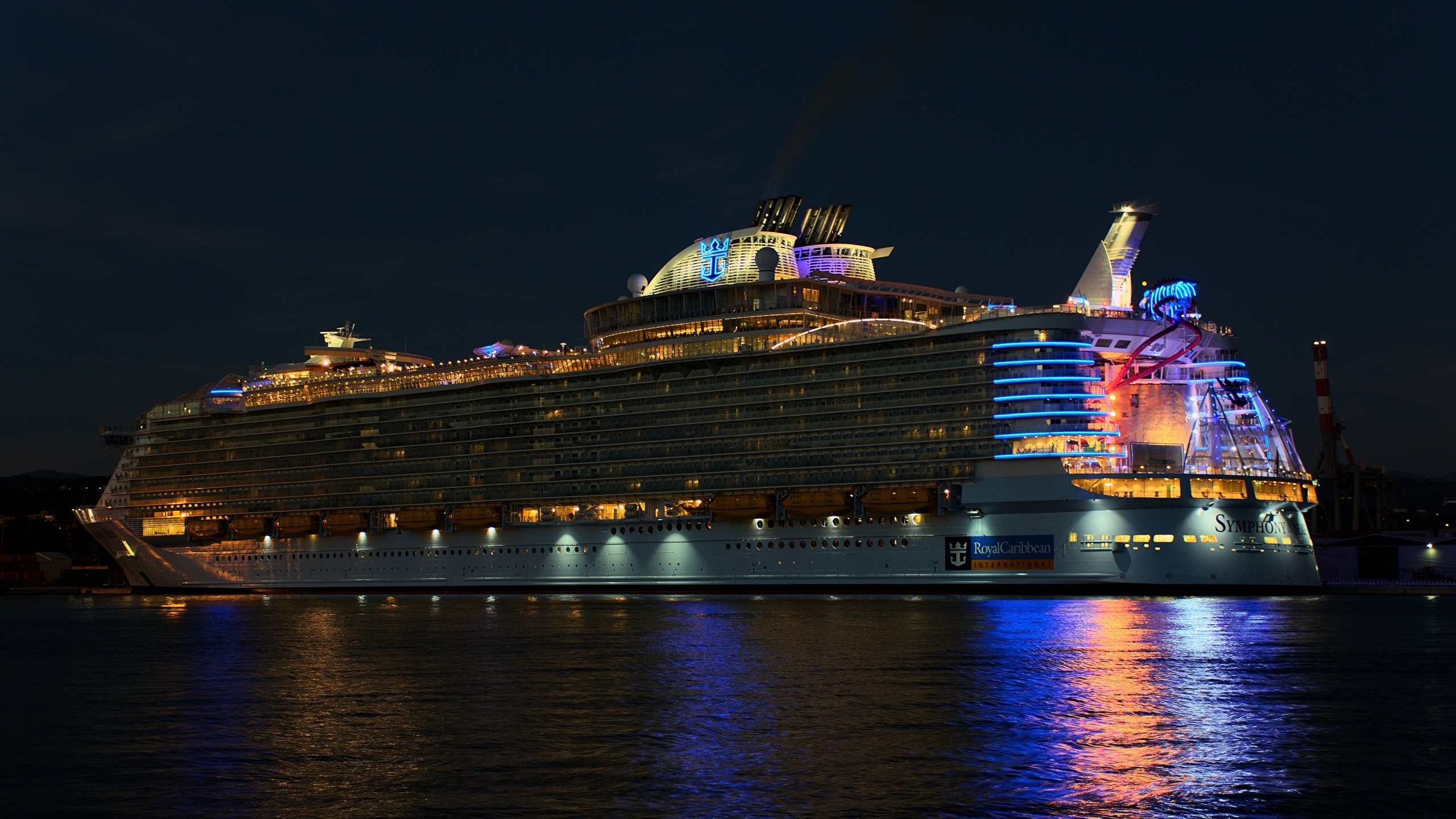 Картинки Круизный лайнер Royal Caribbean Корабли Ночь 2560x1440 корабль ночью в ночи Ночные