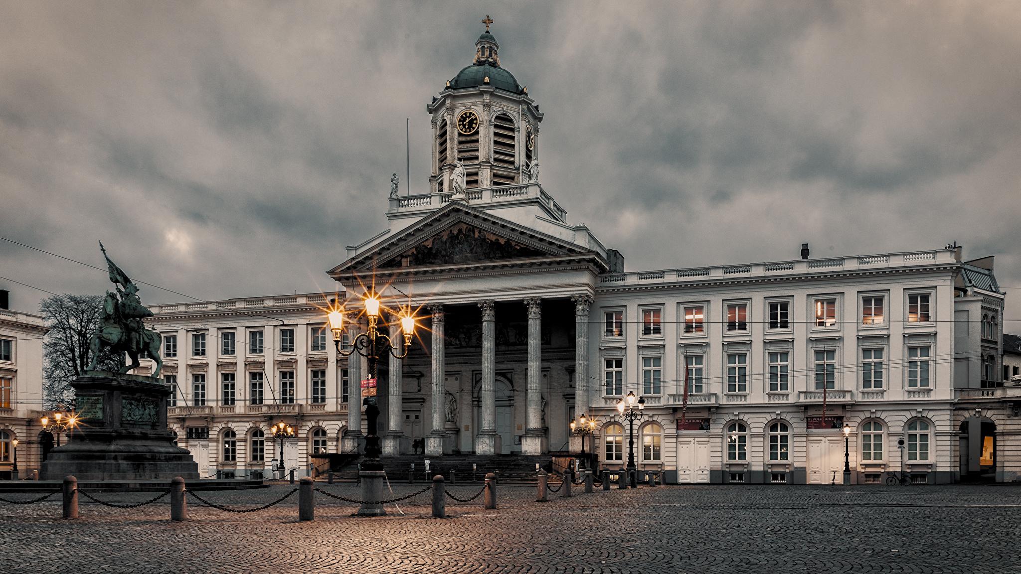 Картинки Бельгия Памятники Городская площадь Brussels Вечер Уличные фонари Дома Города 2048x1152 Здания
