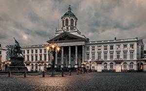 Картинки Бельгия Здания Вечер Памятники Городской площади Уличные фонари Brussels Города