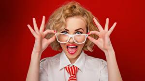 Обои Пальцы Очках Рука Удивлен Красный фон Красивые молодая женщина