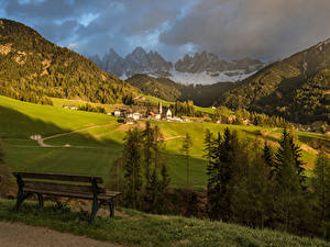 Обои Италия Горы Леса Здания Луга Пейзаж Альп Скамейка Funes Природа