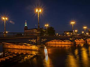 Обои Стокгольм Швеция Речка Мосты Ночные Уличные фонари Города