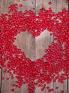Картинка День всех влюблённых Конфеты Много Доски Сердце Красный Продукты питания